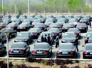 8日,在莱芜体育馆西侧停车场,停满了准备拍卖的公车。 记者 程凌润 摄