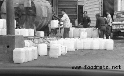 """京津冀""""地沟油""""产业链:地沟油变身食用油"""