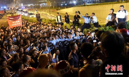 香港警方凌晨驱散特首办外示威者 拘捕45人(图)