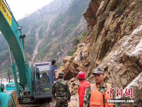 四川省委书记刘奇再次赴汉清公路现场指挥抢通