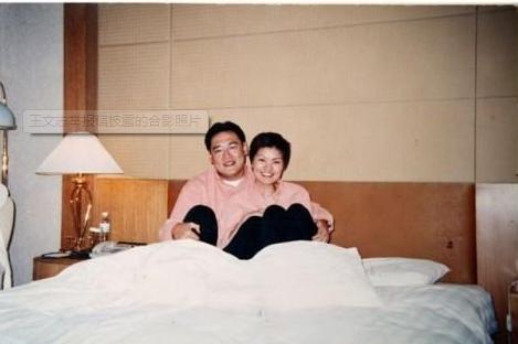 从宋林和杨丽娟的合影看,两人合影时的态度当属亲近。
