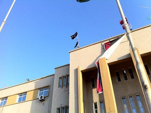 利比亚班加西法院楼顶升起基地组织旗帜(组图)