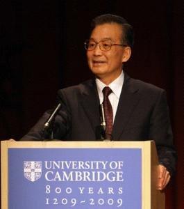 """2009年2月2日,中国国务院总理温家宝在英国剑桥大学具有500年历史的""""瑞德讲坛""""发表了题为《用发展的眼光看中国》的演讲。"""