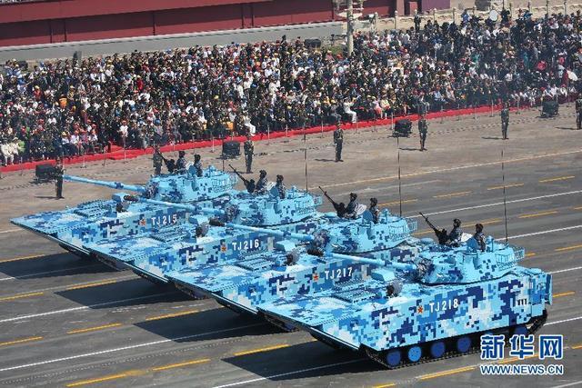 陆战队两栖突击车方队通过天安门广场