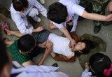 医务人员在宝盛乡为一名昏迷伤者施行急救