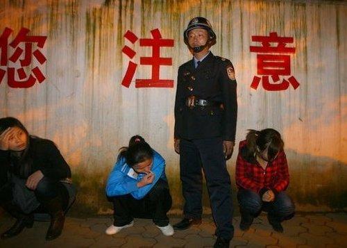 网帖称昆明警方扫黄逼站街女下跪引争议(图)