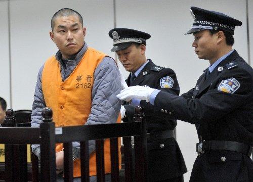 2月1日,肇事司机费良玉被带入被告席接受审判
