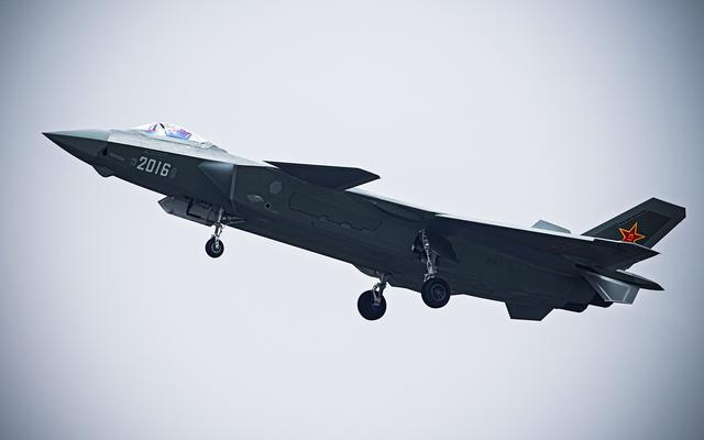 新型战机高空双发同时停车 试飞员惊险抢救