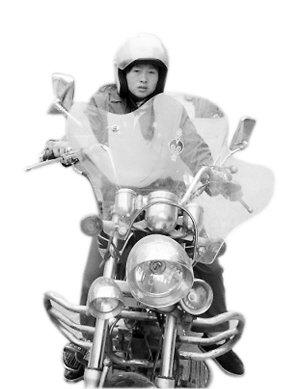 年轻妈妈骑摩托从浙江温州到重庆黔江看儿子