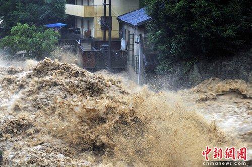 6月14日,福建南平西芹镇,山洪肆虐,涌向民房。这二日延平区降特大暴雨,强降雨导致延平、顺昌等地多处出现山体滑坡、泥石流等地质灾害。中 新社发 柳涛 摄