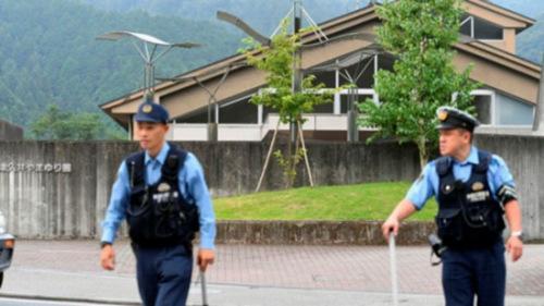 日本警方在事发地巡逻