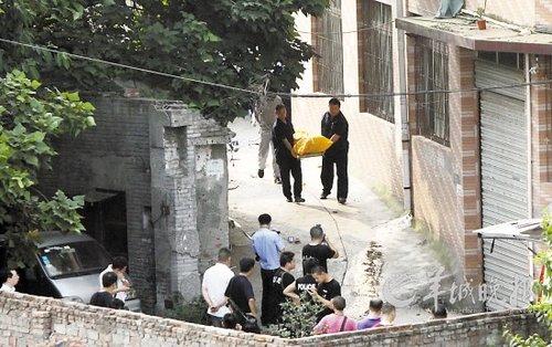 华在重庆沙坪坝童家桥被警方击毙后,警方将其尸体运离现场 CFP/图片
