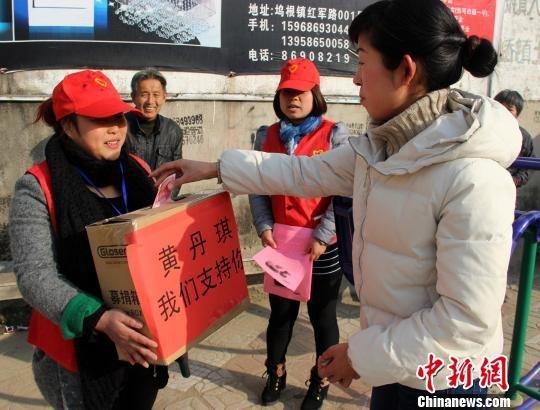 志愿者在街头进行募捐活动。 金云国 摄