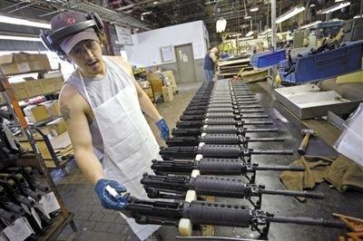 2006年7月26日,美国康涅狄格州首府哈特福德的一家枪支制造厂工人在测试枪支。
