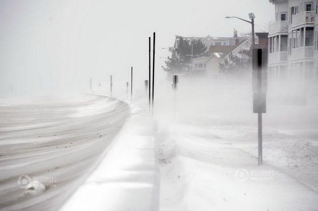 强暴风雪袭美国致11人遇难 2500架航班取消(图)