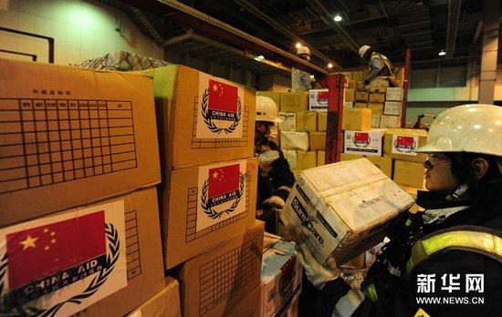 中国第二批救援物资运抵日本(组图)