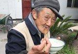 50名老人只能在户外吃午餐