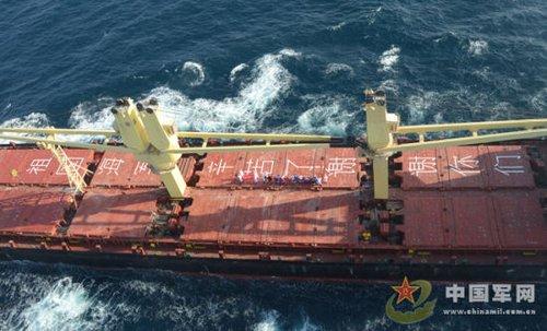 外国商船打出标语向中国海监护航编队表示感谢