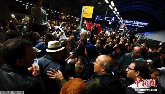 周末4万难民将涌入德国 僧多粥少慕尼黑难消化