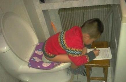 5岁孩子上厕所不敢耽搁写作业