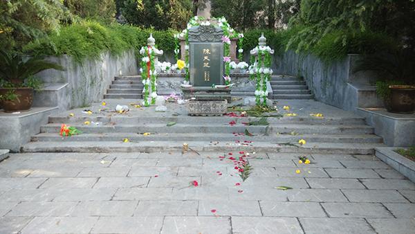 陕西一烈士陵园现豪华墓 前副省长夫人墓超80平