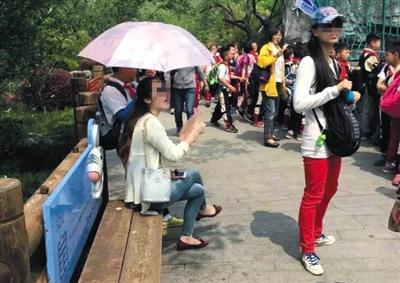上海小学生为老师打伞引质疑 撑伞学生称是自愿