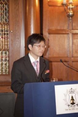 英国华人青年联会(British Chinese Youth Federation)主席、大本钟奖暨全球十大杰出青年评选(Big Ben Award & Global Ten Outstanding Young Persons Selection)创办人李俊辰(Yinya Jonsson Li)致开幕词。