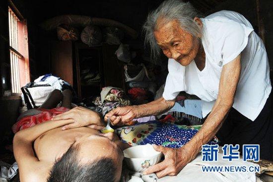 安徽 95 岁老母亲照顾病儿 40 年感动网民