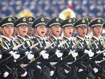 武警部队抗战英模方队接受检阅。