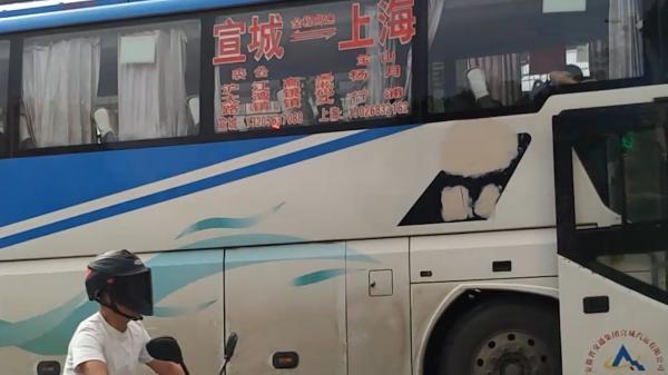"""上海一路口成长途汽车站点 """"黄牛""""路边低价拉客"""