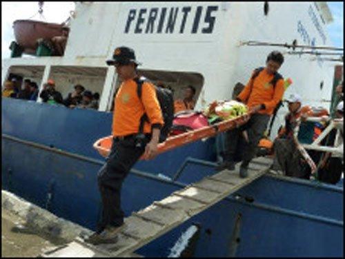 救援船抵达印尼海啸灾区展开救援(图)