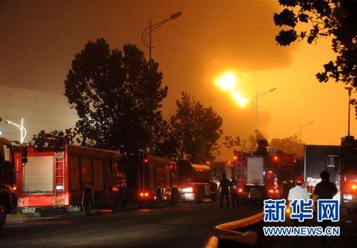图:大连新港中石油输油管道发生爆炸起火
