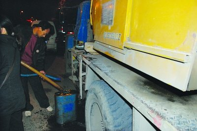 南京车主为防偷油 每日将油箱柴油抽回家保管