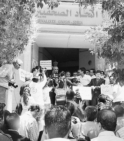 叙利亚新闻界人士聚集在位于大马士革的记协大楼以及广播电视中心前,抗议阿盟停止卫星转播叙利亚卫星电视台节目的决定