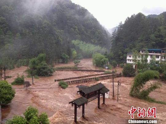 四川自怀景区被困游客撤离 10多辆车被冲走(图)