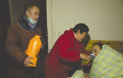 丈夫病重逼妻改嫁 女子和现任共同照顾前夫