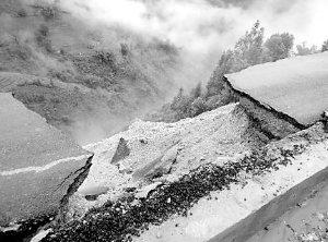 云南绿春公路试通车两个月垮塌 整条路飞下崖
