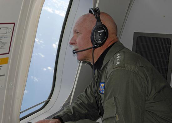 美军太平洋舰队司令乘P-8A侦察机巡航南海