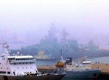 瓦良格号巡洋舰在大雾中驶离码头