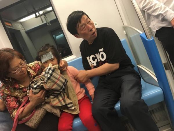 爷爷在地铁上脱外套给生病孙女呕吐 被赞有腔调