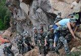 救援人员在宝盛乡背出一名受伤群众