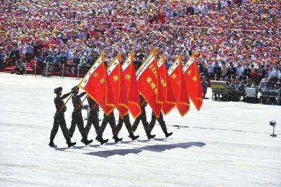 """百团大战""""白刃格斗英雄连""""英模部队方队护旗手通过天安门广场。"""