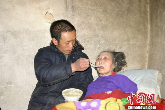 河南农民独自照顾4名残疾亲人29年 感动乡里