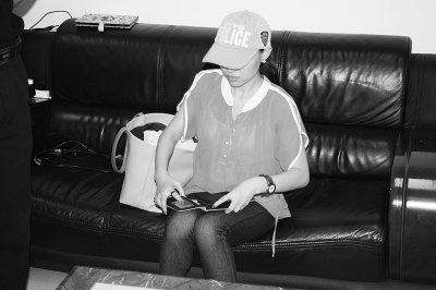 女子武汉机场公然吸毒 称因航班延误没事干