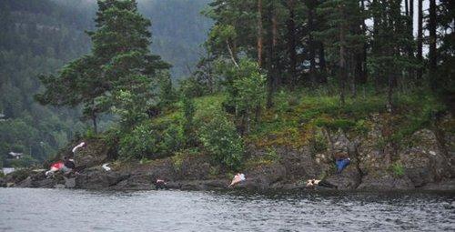 7月22日,于特岛枪杀惨案发生当天,一名赶往当地的挪威记者拍摄到岛上有多具遇难者遗体