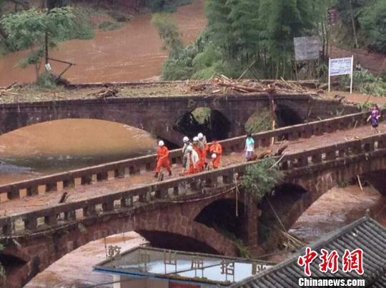 四川自怀景区被困游客全部撤离10多辆车被冲走