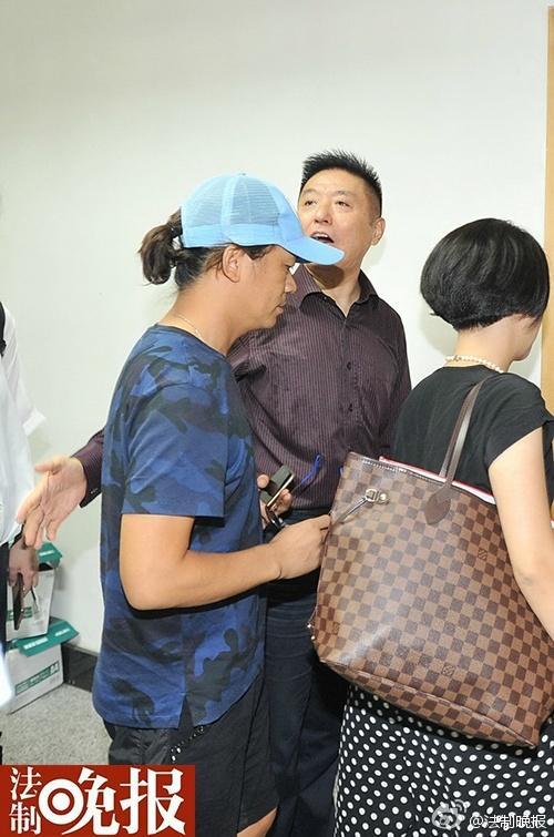 王宝强到北京朝阳法院起诉离婚 要求孩子抚养权
