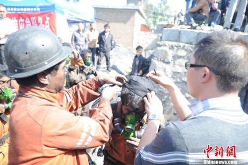 11月11日,距离云南师宗煤矿事故过去近31个小时,已造成21人遇难,22人下落不明,其中,20名遇难者遗体已升井。图为师宗煤矿救援队的队员刚刚出井,又再次整装进入搜寻。中新社发 史广林 摄