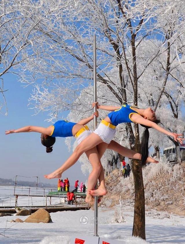 组图:吉林松花江畔女孩背心短裤挑战极限钢管舞