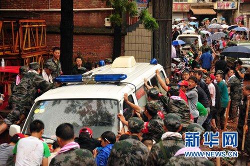 云南震区洪涝致253间民房倒塌 6乡镇现山体滑坡
